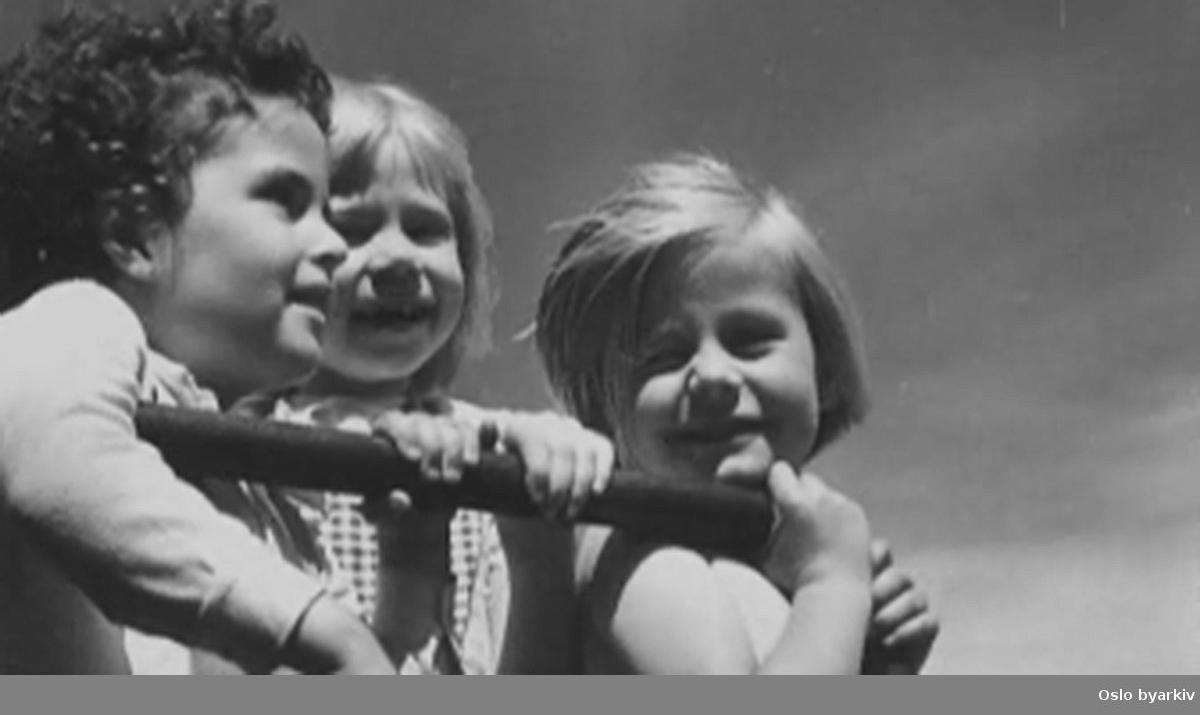 """En film om Oslos parker. Vi er innom Studenterlunden, Stensparken, Slottsparken, Frognerparken med Vigelands barneferge, St. Hanshaugen og Botanisk Hage på Tøyen. Vi ser endel av den nye given for å gi Oslo en ansiktsløftning: """"nybrottsområdene"""" i Iladalen og på Torshov, med saueprosjekter, konserter og friluftsteater for barn."""