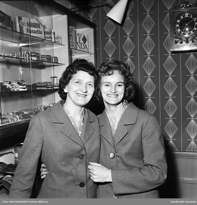 Två av de anställda vid Café Cecil på Köpmangatan. Kvinnorna har förnamnen Sally och Britt.
