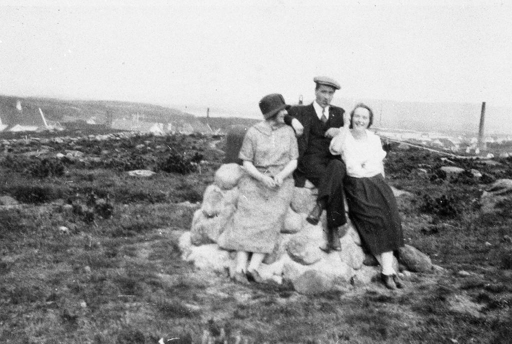 """Ved """"Mina"""" i parken på """"Geidahodnet"""". Mannen i midten er Ingolf Thue."""