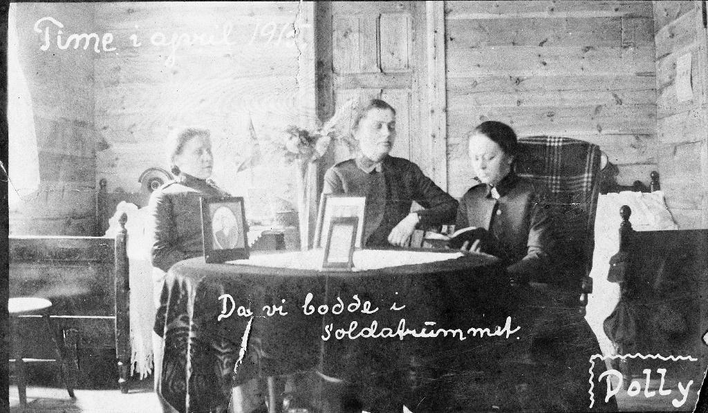 Tre soldatar rundt bordet i soldatromet på Frelsesarmeen på Bryne.