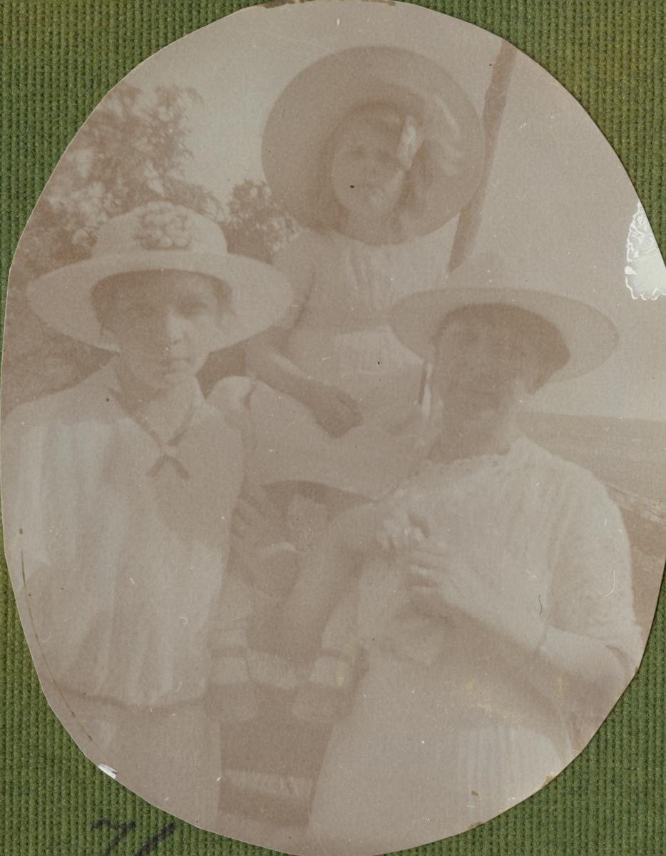 Porträtt av två kvinnor och en flicka.