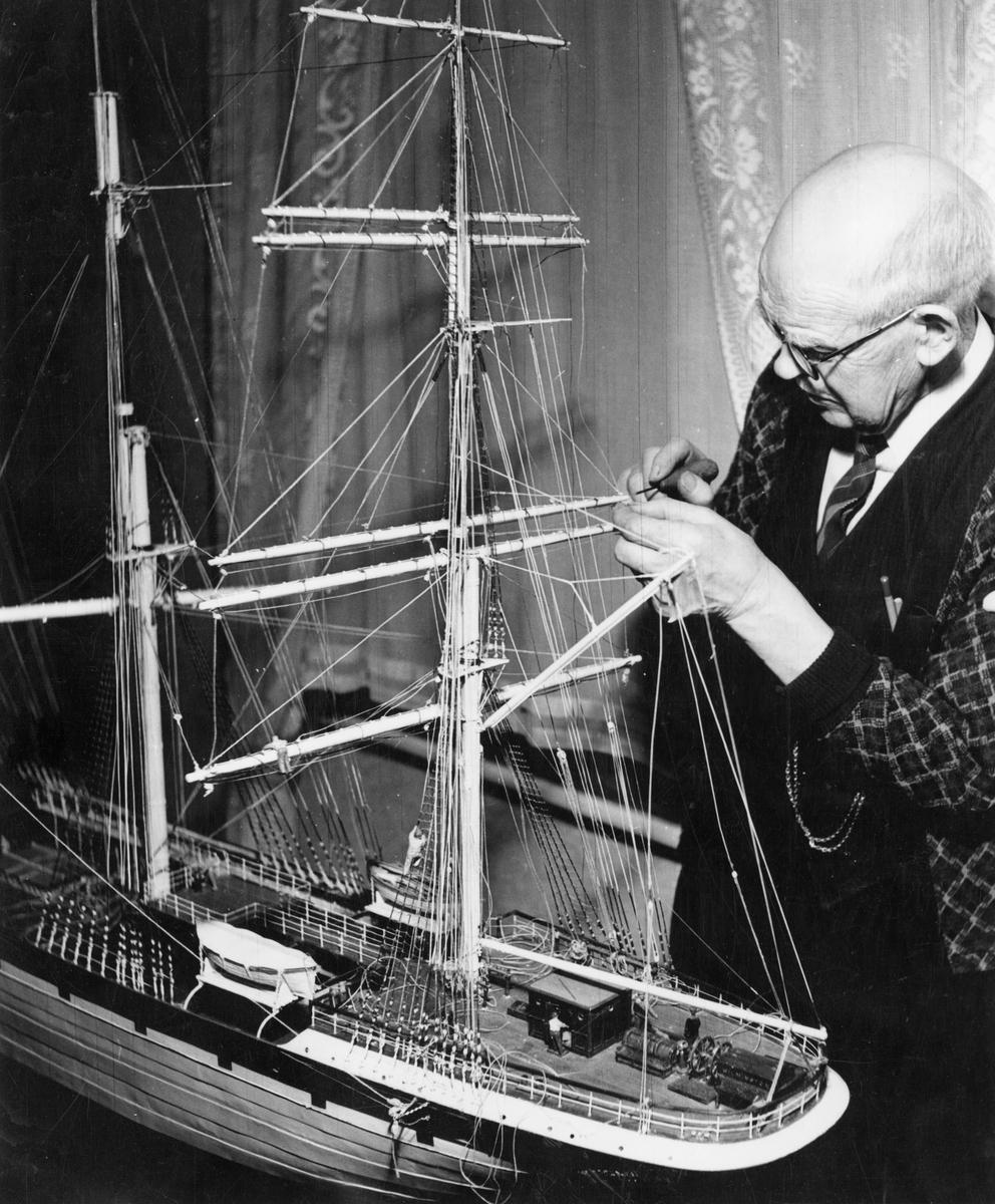 Tulluppsyningsman Bror Bengtsson, Halmstad, med sin modell av den brittiska fullriggaren CANTERBURY.