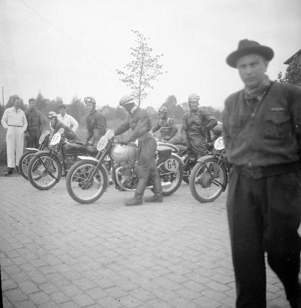 Motorcykeltävling på övningsfältet.