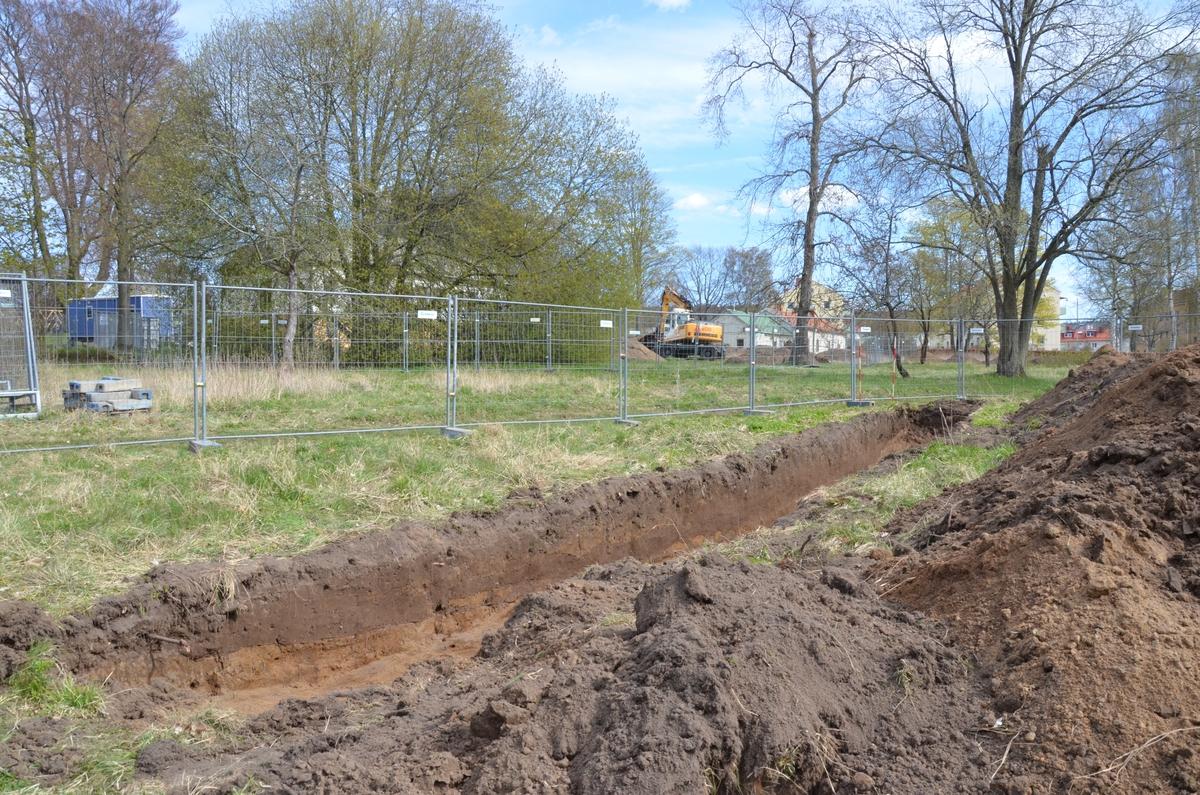 Arkeologisk förundersökning av herrgårdsparken vid Rosenlunds herrrgård, Jönköpings församling. Schaktet genom dammanläggningen strax nordväst om herrgårdsbyggnaden.