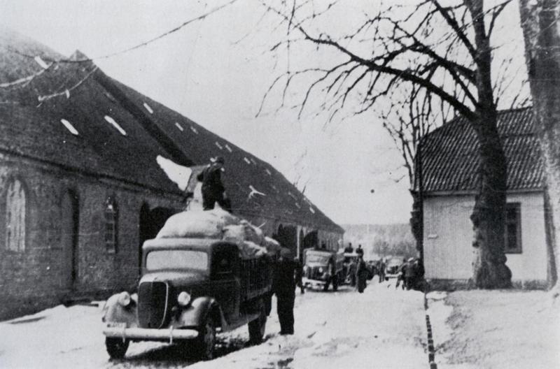 """Depotene i Gamlebyen tømmes 9. april 1940. Foto: Fra boken """"Fredrikstad under krig og okkupasjon""""."""