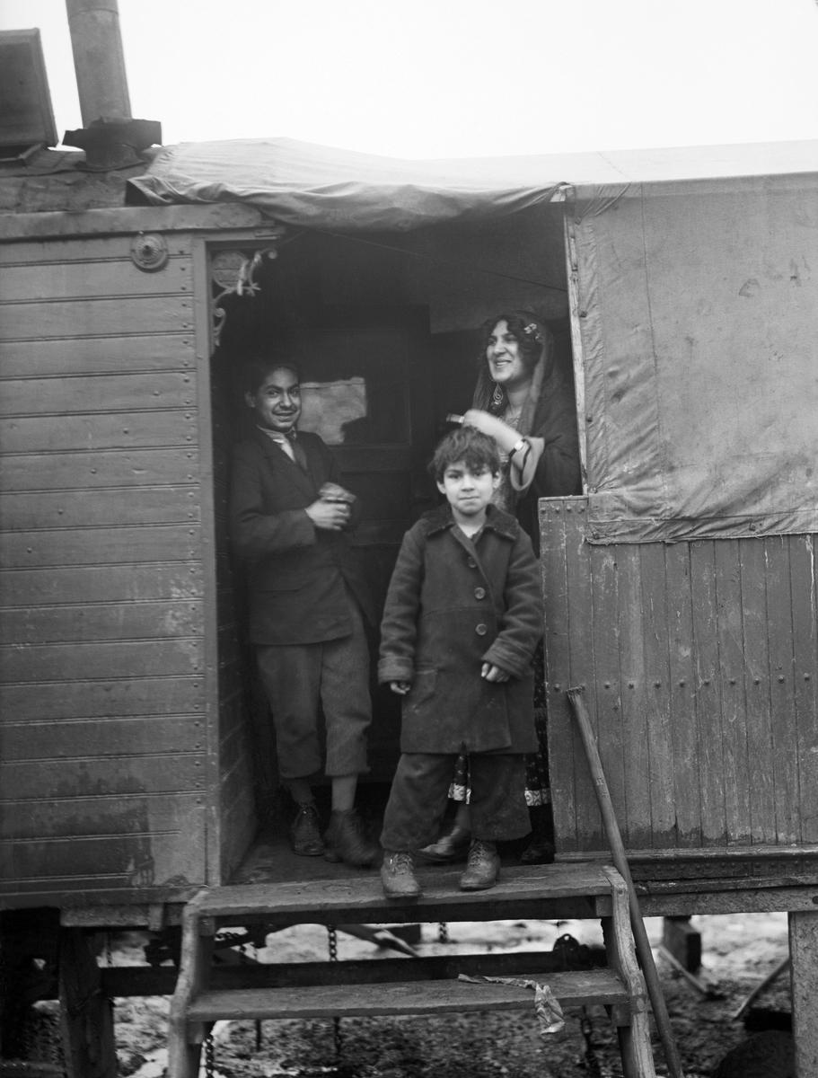 Vintern 1926 eller 1927 hade en grupp svenska romer slagit sig ned i Gröndal i Södra Stockholm. Detta är den äldsta lägerplatsen som finns dokumenterad och dess exakta lokalisering är inte känd. Lägret i Gröndal finns dokumenterat genom fotografen Bertil Norberg. På hans bilder syns vagnar kring en gårdsplan med ett tält i mitten, samt män som arbetar med förtenning
