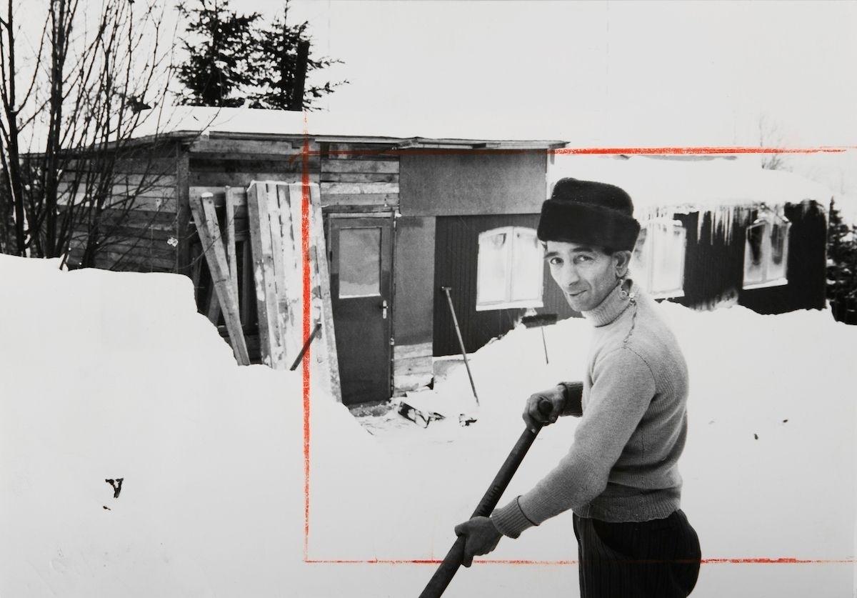 """""""Det är skönt att vara bofst. Jag skulle inte kunna tänka mej att börja fara efter landsvägarna igen. Jag är född i en husvagn och i 45 år har jag flyttat från plats till plats. Men de senaste fem åren, då jag haft fast bostad och statligt jobb, har varit de lyckligaste i mitt liv."""" Så citeras mannen på denna bild i en artikeln i Expressen 1956. Mannen berättar att han byggt till ett rum till sin husvagn och därmed kan ses som den första svenska romen som blivit bofast."""
