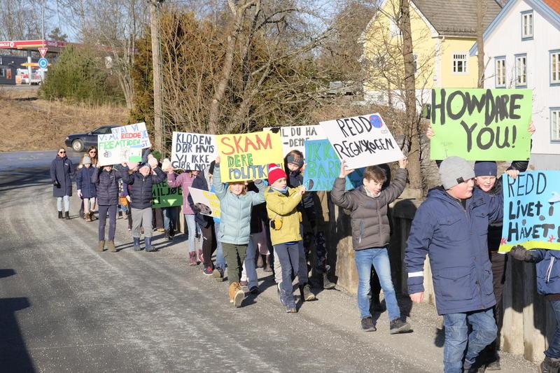 Klima opptoget som elevene fra Eidsvoll Verk skole laget er på vei til Eidsvollsbygningen.