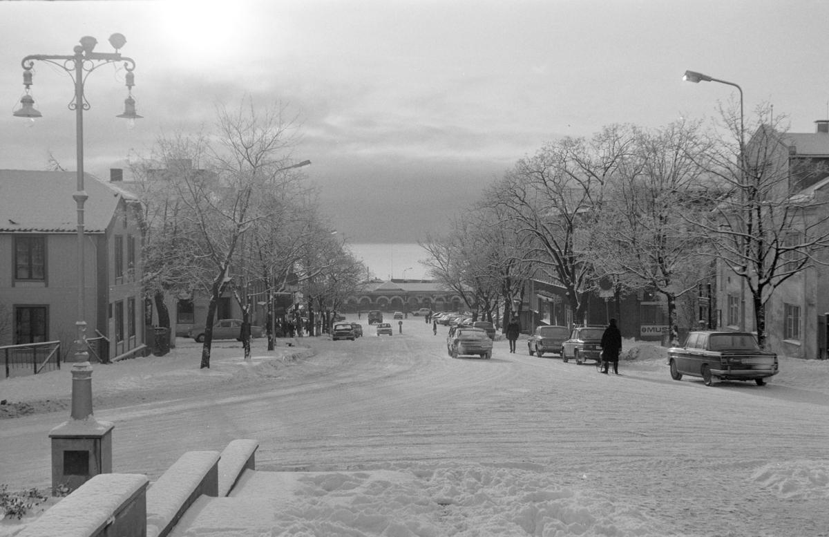 Kirkebakken, vinter, personbiler, biltrafikk, gatelykt, Hamar.