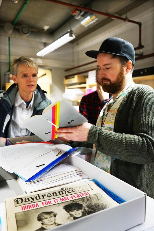 Private fotoalbum er en del av donasjonen fra Tone Børstad. Musikkbibliotekar Bjørnar Bruket ved Rockheim tar i mot. (Foto/Photo)