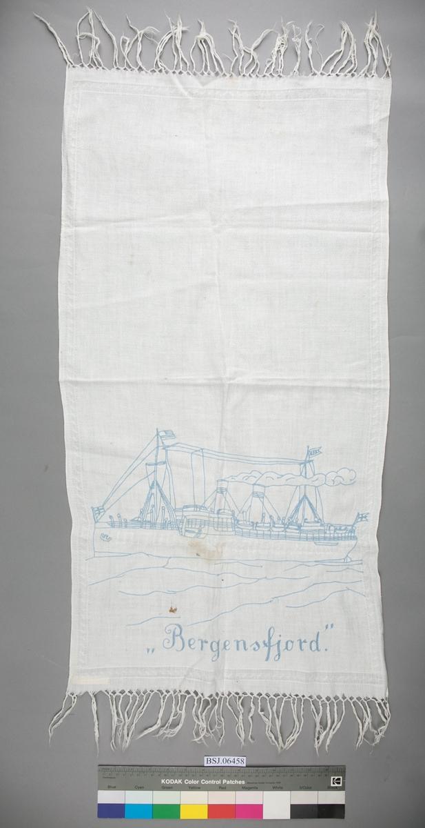 Pyntehåndkle dekorert med broderi av skipet MS BERGENSFJORD.