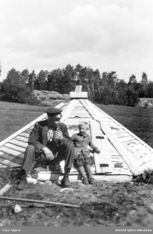 Brønnhuset på gårdene Louisgård og Ørseth i Ullerøy, Skjeberg ca. 1934-40.  De to gårdene gikk sammen om å grave felles brønn ant. like etter 1933. Louis Louisgård og Martha Ørseth Strand.