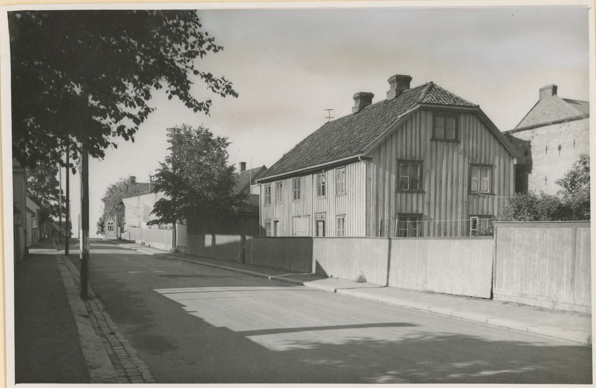 """Bilde 1: Gammelt matrikkelnr. 1 viser at denne gården lå på sydsiden av Helgerødgt. Opprinnelig bolighus, ble senere ombygd til forretningslokale hvor """"Cigarhuset"""" holdt til. Gården lå helt ute til gatekanten. Ble revet i 1966 og gav plass for den nye """"Riis-gården"""".  Bilde 2: Vestre Kanalgt. mot syd; """"Thoverud-gården"""". Til høyre ses Moss Glasværk. Bilde publ. i """"Moss som den var"""" (Jørgen Herman Vogt, 1970), s. 245."""