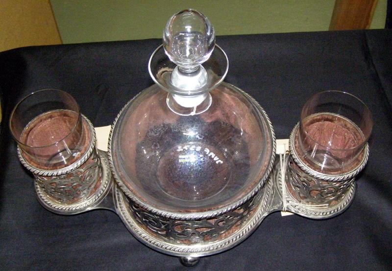 Två karaffställ av nysilver med karaff och glas. av klart glas.  Karaffstället Jvm08327-1 är komplett med alla delar, medan karaffstället Jvm08327-2 saknar 1 glas och propp till karaffen.