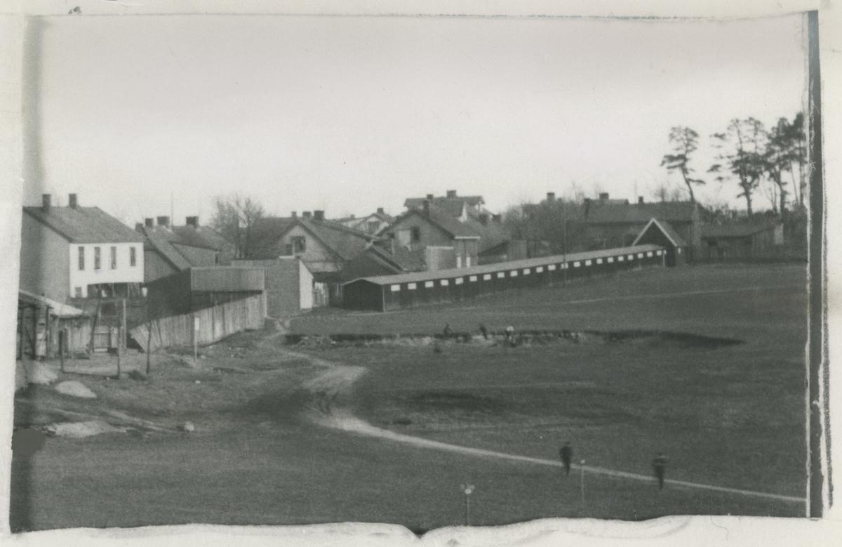 """Reperbanen på Melløs, revet i 1918. To bilder fra før 1918.  Bilde 1: Permhuller fra originalfoto er blitt digitalt retusjert i publ. bilde. Bilde publ. i """"Moss som den var"""" (Jørgen Herman Vogt, 1970), s. 106."""