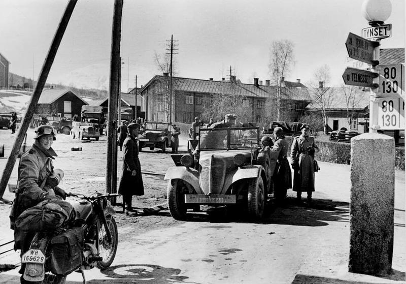 Tyske tropper på Tynset tog 24. april 1940. Foto fra Arneberg og Hosar: Vi dro mot nord.