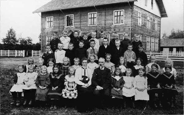 Småklassene ved Gardermoen skole 1907. Skolen er her ganske ny og fortsatt uten panel.