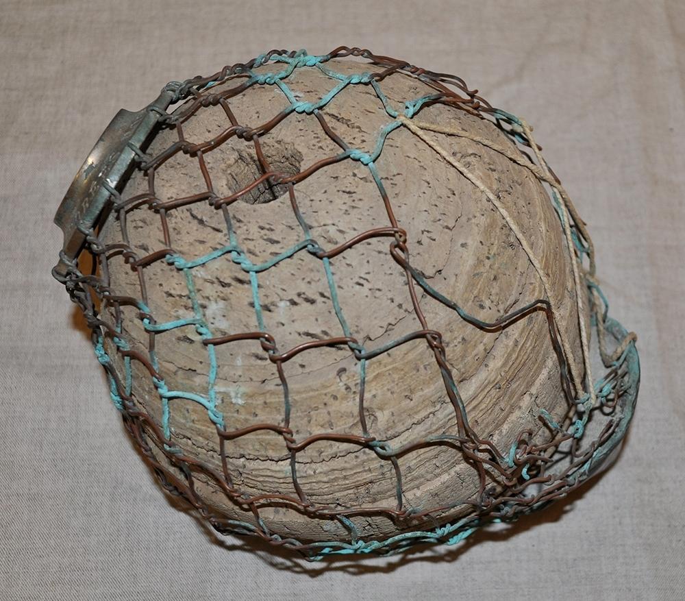 7 konformade flytbojar av kork i skivor som ligger på varandra. Klädda med nät av koppartråd som tvinnats. Nätet är upptill fäst i en metallplatta med punsad text: ANDRÉESPOLAREXPEDITION 1896. Upptill finns också ett skruvlock. Undertill sitter en konformad kopparplatta som nätet är fäst i. De mindre polbojarna är 6 till antalet. Den större polbojen skulle släppts ner från ballongen när man kom övr Nordpolen. Flytboj  No 2 har 6 korkskivor där det finns spår av röd färg.  No 3 är i gott skick. No 4 är i gott skick.  No 7 har trasigt nät.  No 8 har trasigt nät. Saknar lock och innanmäte. Senare lagning med snöre.  No 10 har ett trasigt nät som ersatts med snöre på ett ställe. Saknar lock och innanmäte. Polbojen har 18 korkskivor. Det finns en vikt i spetsen som är klädd med kopparplåt. Denna boj är skadad upptill därdelar av överdelen saknas, nätet har lossnat i nederkant. Det står 10895 på en lapp som är fäst i bojen med ett svart snöre.