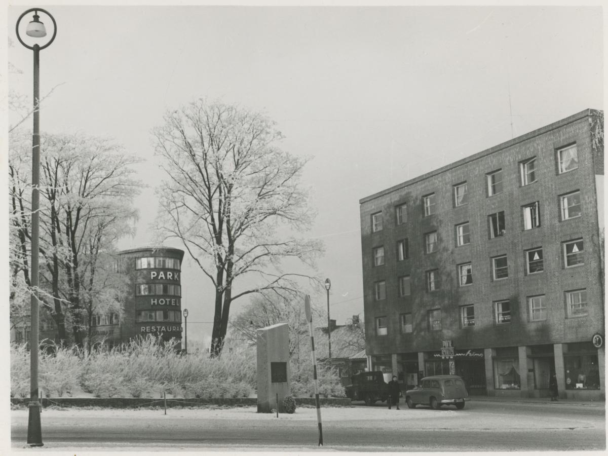 Parkgården til høyre og Park hotell til venstre. I forgrunnen ses bautaen over de falne, reist i 1948.