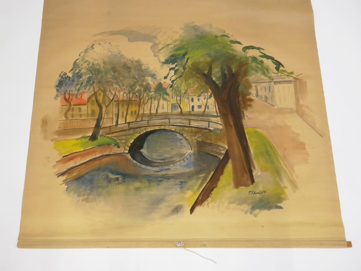 """Rullgardin med målat motiv föreställande Färgeribron, tidigare Fattighusbron, i Alingsås. Målningen är utförd av Paul Petersén och signerad """"P. Petersén -41"""". Rullgardinen är fäst med spik på en rullgardinskäpp av trä. På käppen sitter en etikett med texten """"HAGLUNDS ECLIPSE MEKANISK RULLGARDINSKÄPP"""""""