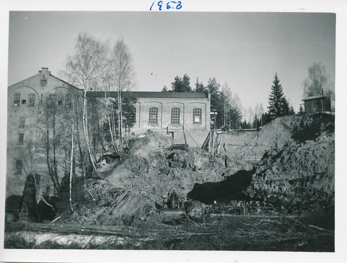 Gravearbeider for anleggelsen av kraftstasjon Kistefoss II ved siden av tresliperiet.