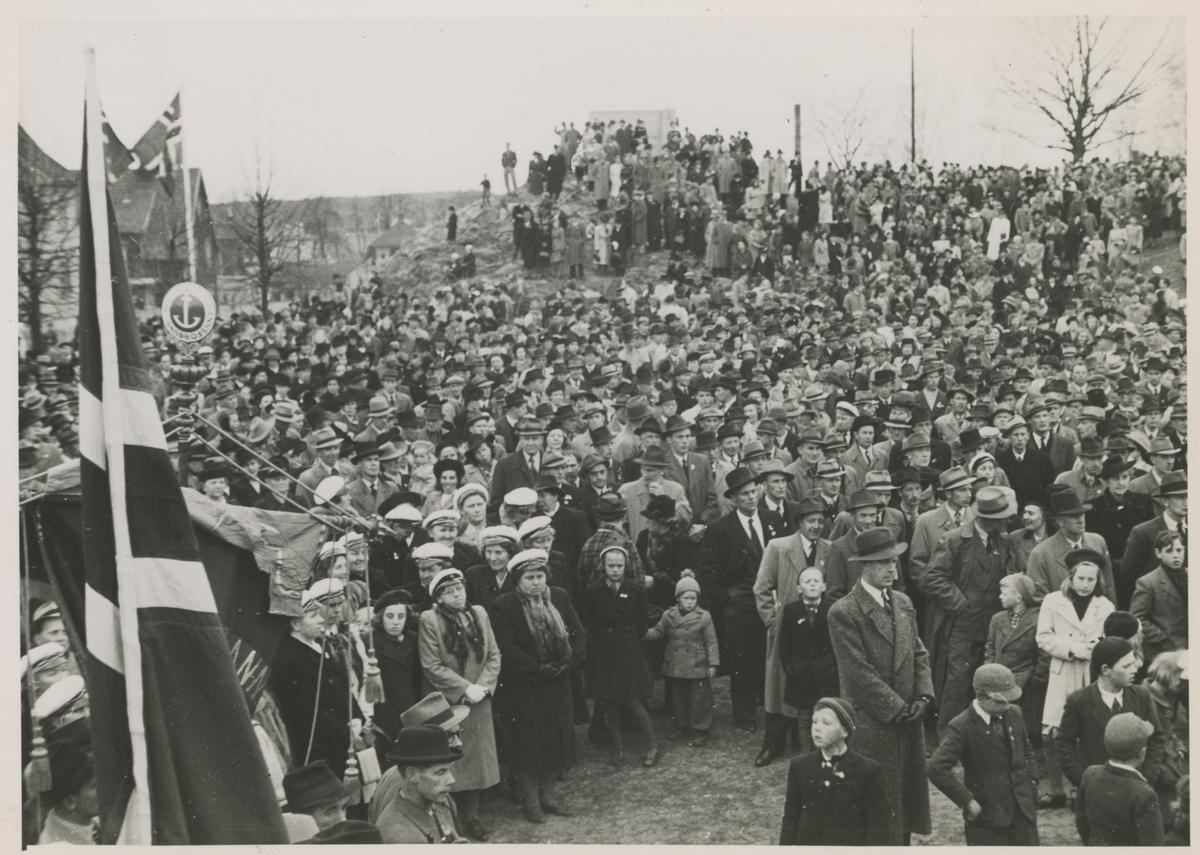 1. m,ai 1947 på Skarmyra med den store folkemengden.