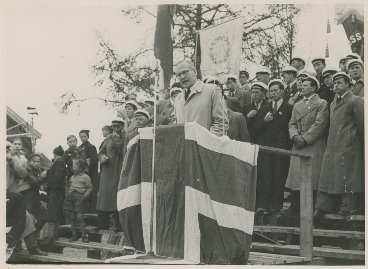 1. mai 1947, på Skarmyra. Halvard Hauge på talerstolen og bak ham står Moss Arbeidersangforening.
