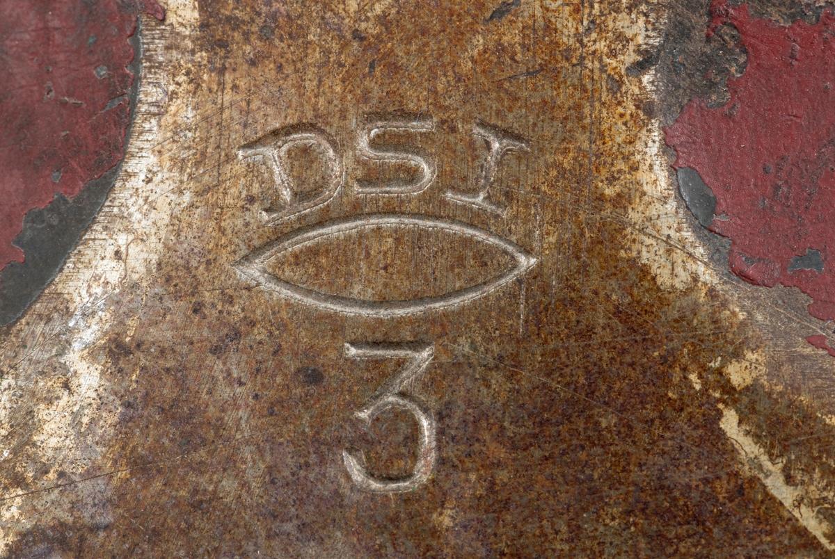 Tung, uskjeftet øks, produsert av firmaet Dansk stålindustri i Lyngby på Nord-Sjælland. Øksehodet er 20,6 centimeter høyt, målt vinkelrett fra midten av den noe konvekst buete nakkeflata ned mot egglinja. Den nederste delen av øksebladet er 13,1 centimeter bred. Her er målet tatt i rett linje mellom den konvekst buete eggens ytterkanter. Den fremre tverrenden er svakt konkavt buet. På «baksida» er tverrenden noe mer konkav. Nakkepartiet er 8,4 centimeter langt og 2,8 centimeter bredt. Den øvre delen av bladet og «kjakene» (bredsidene av øyet) er grønnlakkert. På den øvre deken av bladet er det halvovale forsenkninger fra sidekantene  inn mot bladets midtakse. Her er godset rødlakkert. På venstre side av bladet finner vi produsentens initialer «DSI» og tallet «3» innstemplet med en mellomliggende oval. På venstre side av øksenakken er tallet «561» innstemplet.