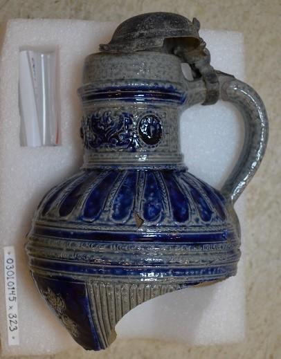 Et stort antall gjenstander fra utgravningen skal stilles ut i montere på mesaninen. Dette er et eksempel på et krus i keramikk med metallokk fra Westerwald i Tyskland, produsert på 1600-tallet. Kruset ble funnet under arkeologiske utgravning i Oslo havn i 2015-2016. (Foto/Photo)