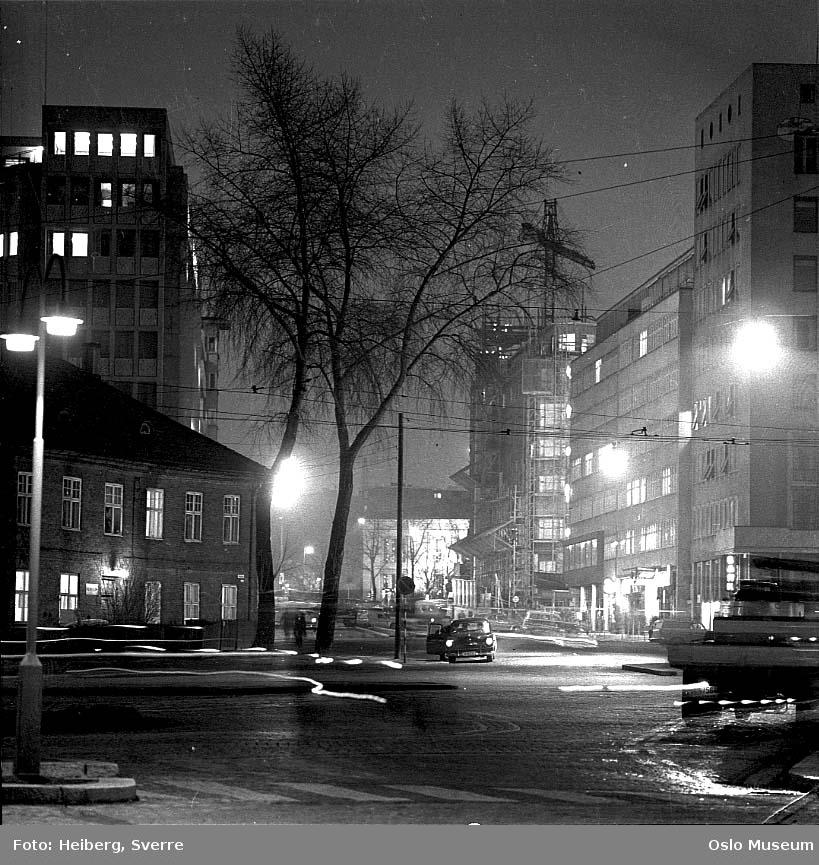 gatekryss, Vika politistasjon, kontorbygninger, byggevirksomhet, stillas, kran, bil, nattemørke