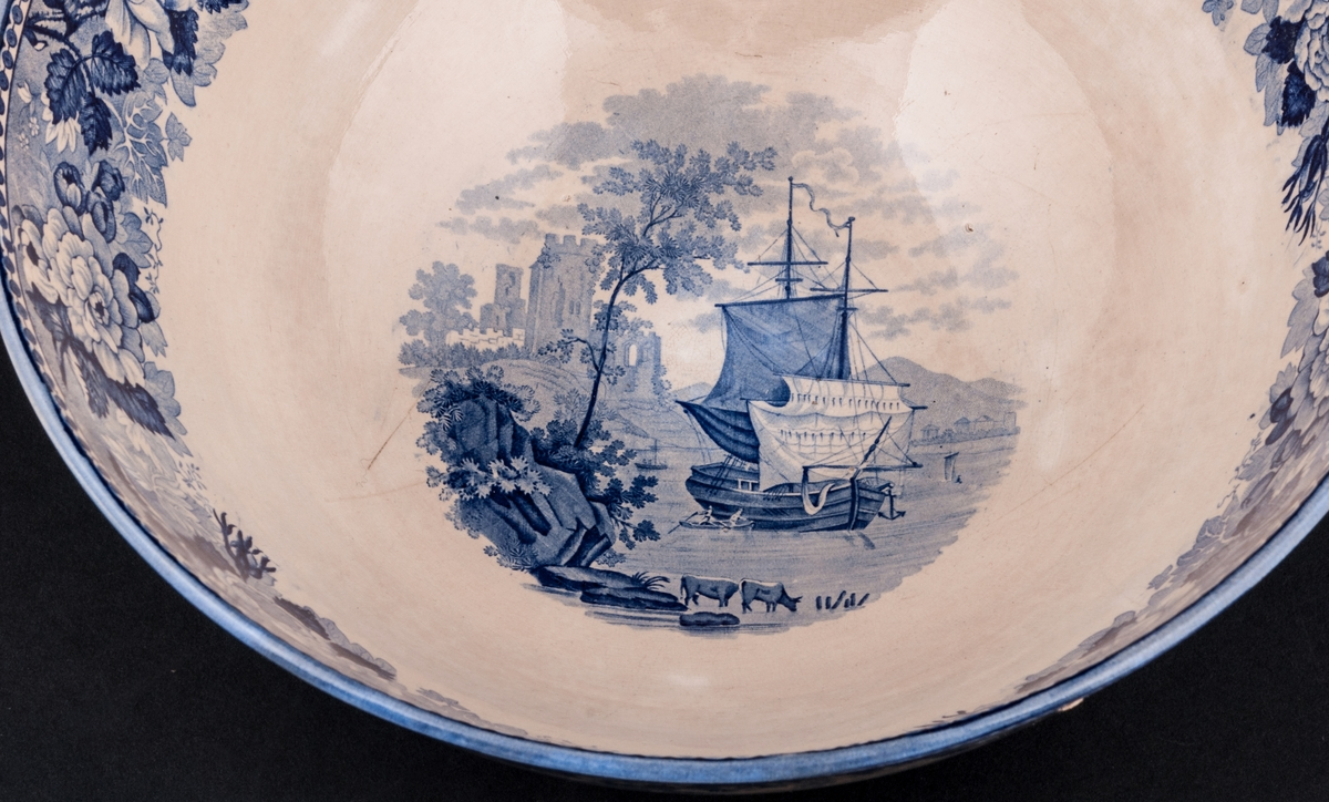 Två skålar i porslin, vit glasyr med blå landskapsdekor, från Rörstrand.