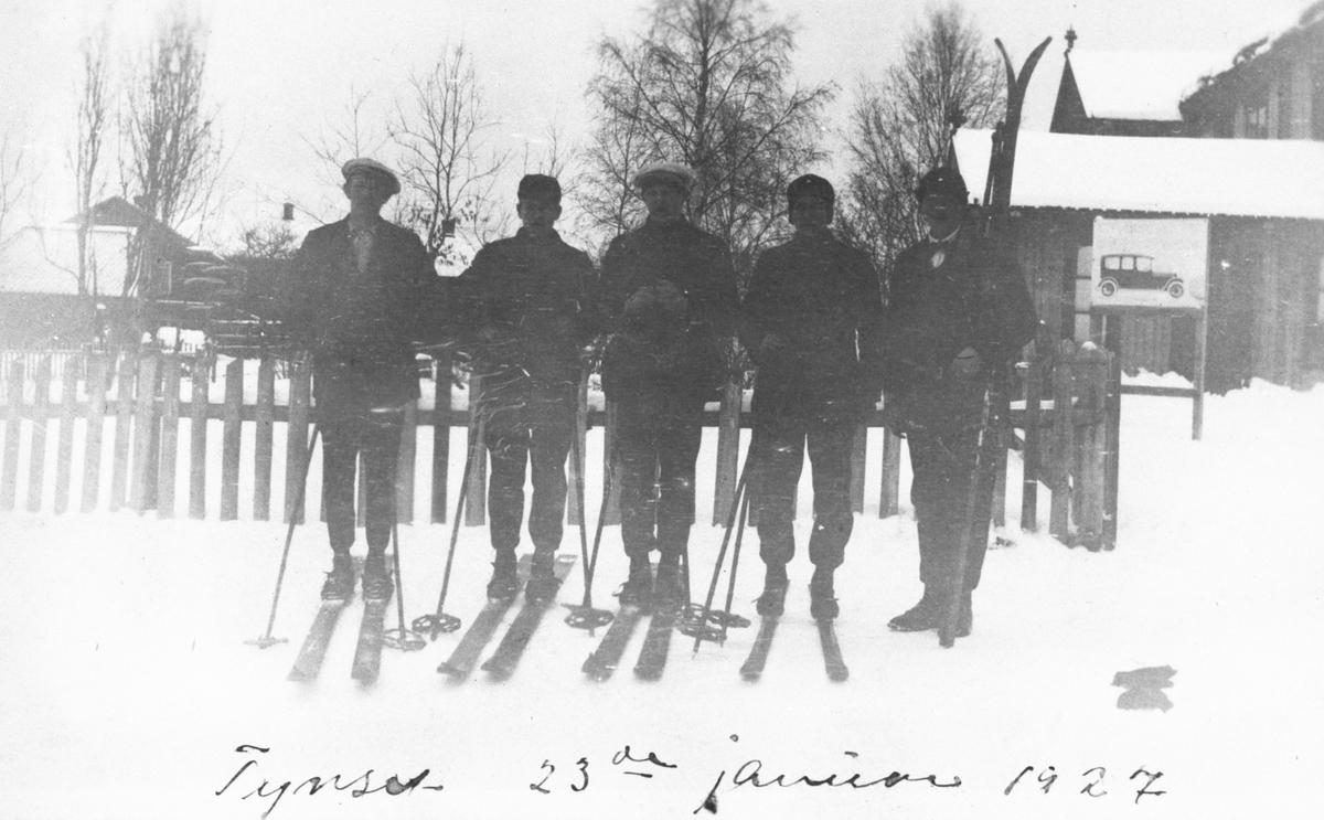 Fem karer med ski på Tynset stasjon