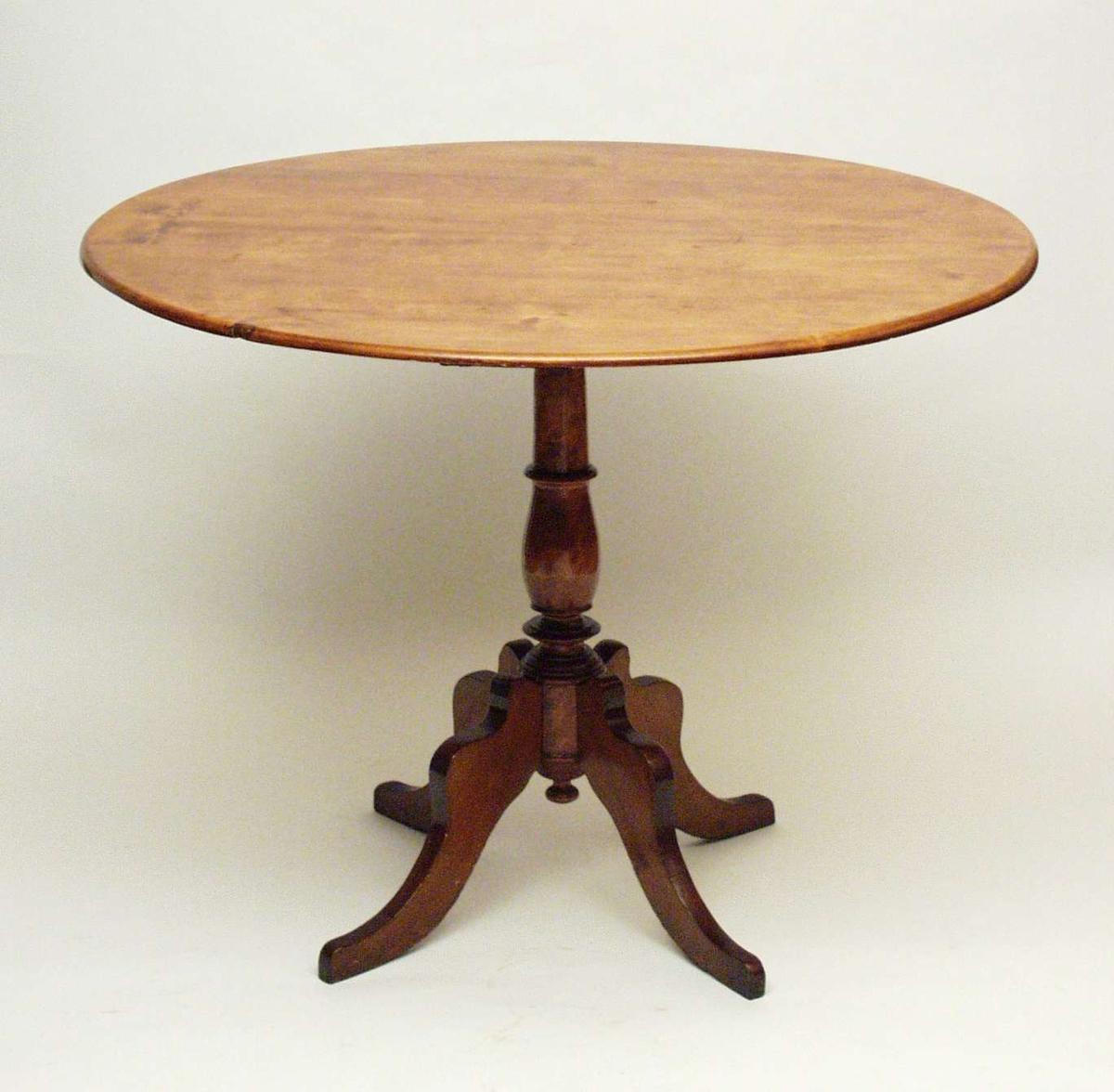 Bord i bjørk med rund plate, båret av en rund, profilert midtsøyle. Til søylen er det festet fire ben som svinger utover