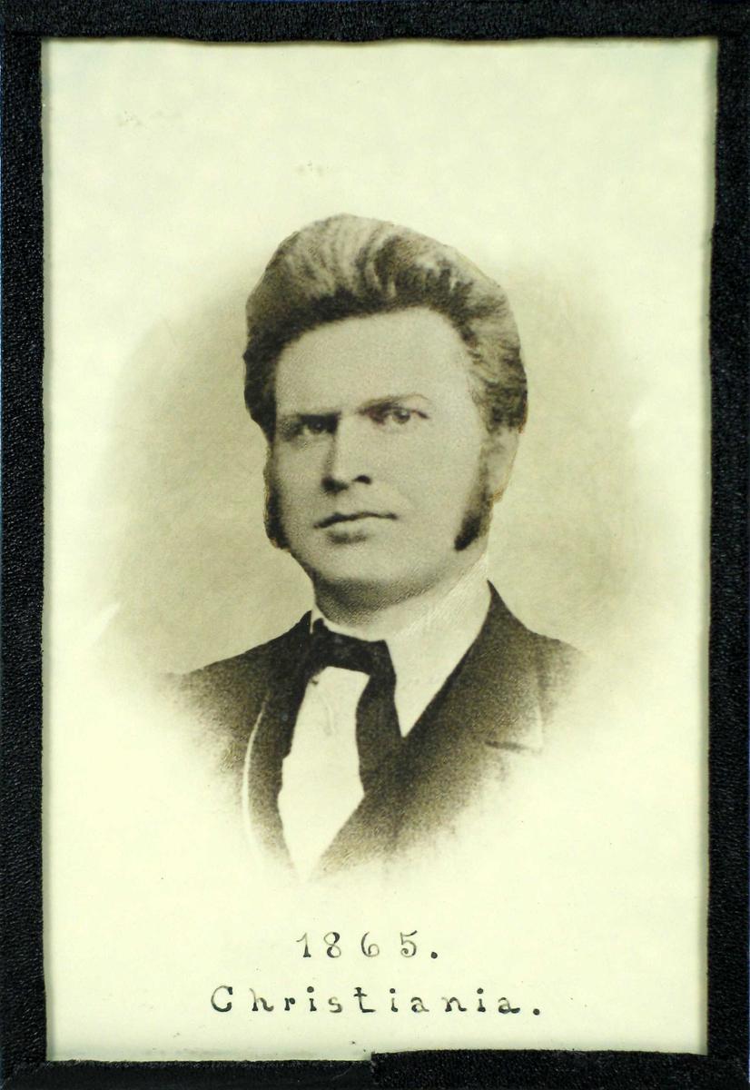 Fotografi med glass og svart shirting. Bildet er retusjert.