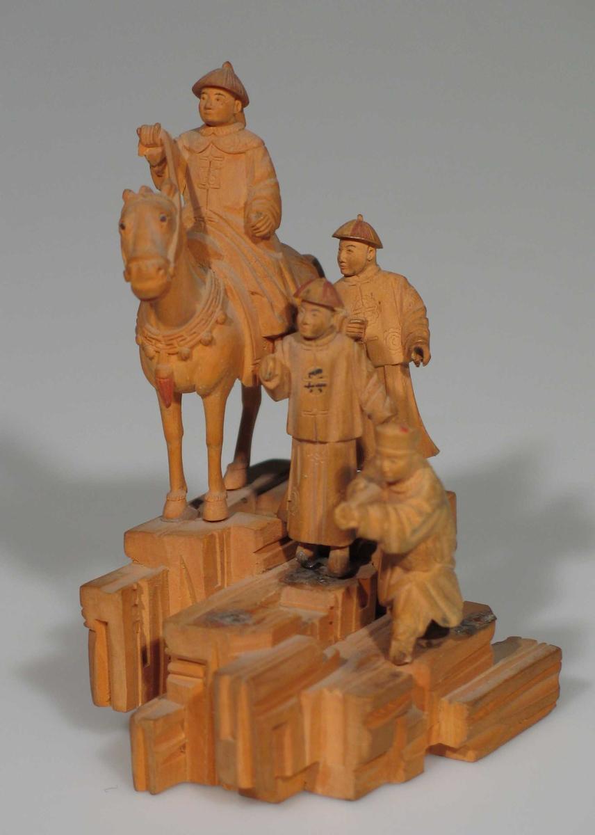 Ryttergruppe skåret ut i tre. Tre figurer.