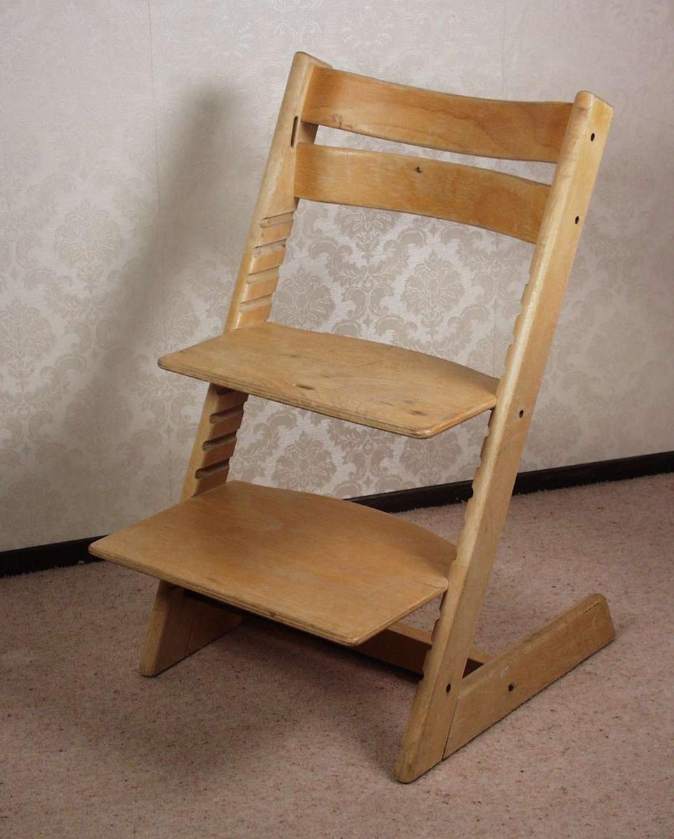 Regulerbar barnestol i lakkert bøk.