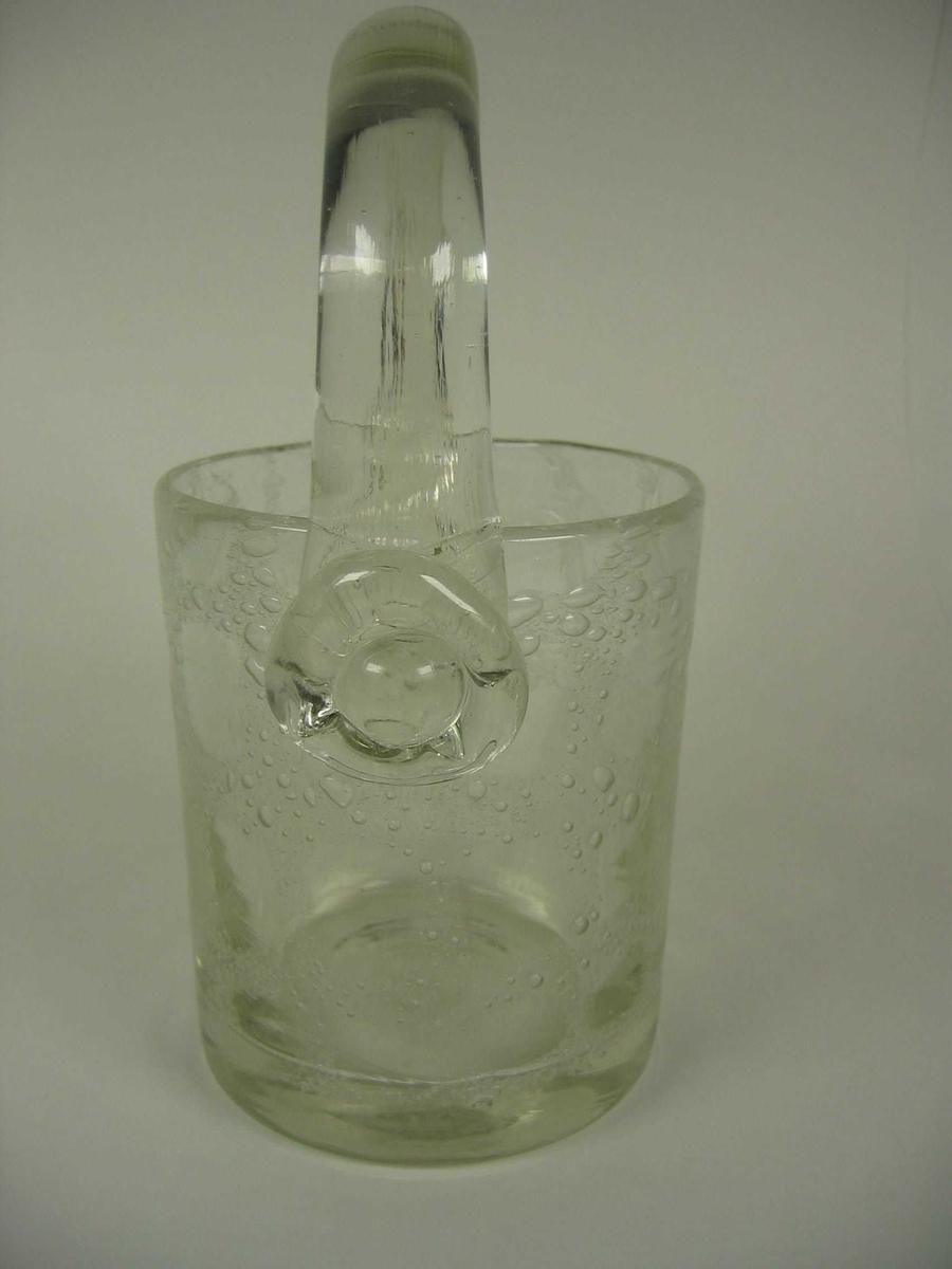 Isbøtten består av en syliderformet bøtte påsatt glasshank. Glassmassen i bøtten er tilsatt et stoff som gir luftbobler i glasset i rutemønster. Ved det ene hankefestet er det satt på en ekstra glasskive.