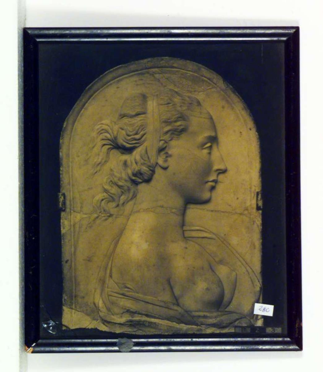 Portrettrelieff av en ung kvinne.