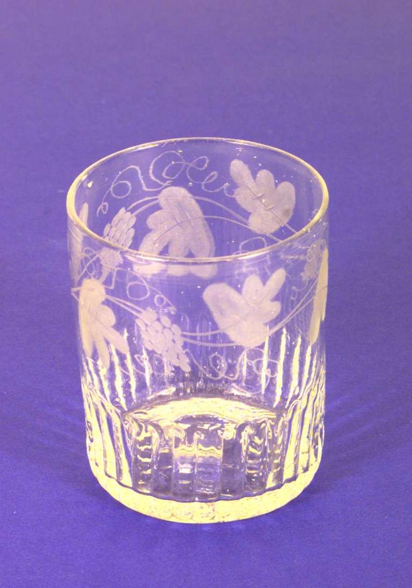 Glass med vinrankedekor og fasseterte sider.