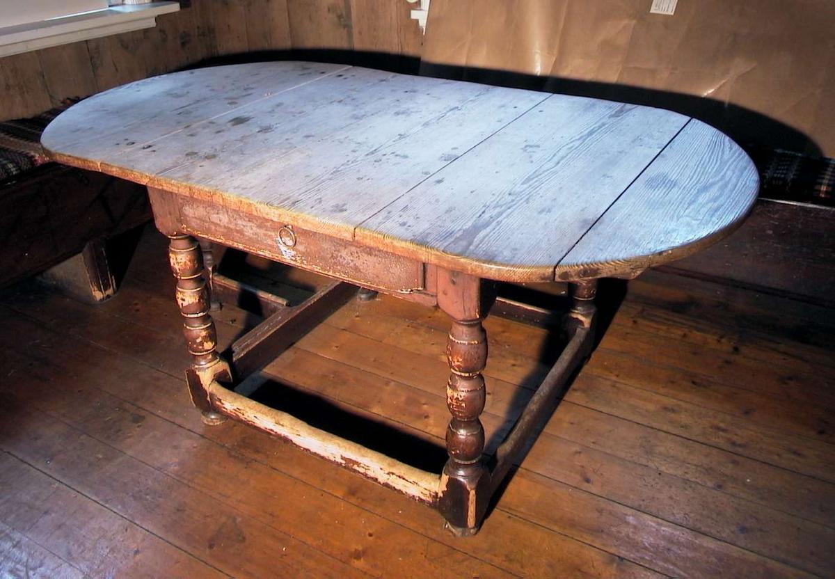 Trehvitt klaffebord (én klaff) med malt sarg. Fargen er rødbrun, malingen er avslitt. Bordet har benforbinding og dreide ben. Bordet har skuff.