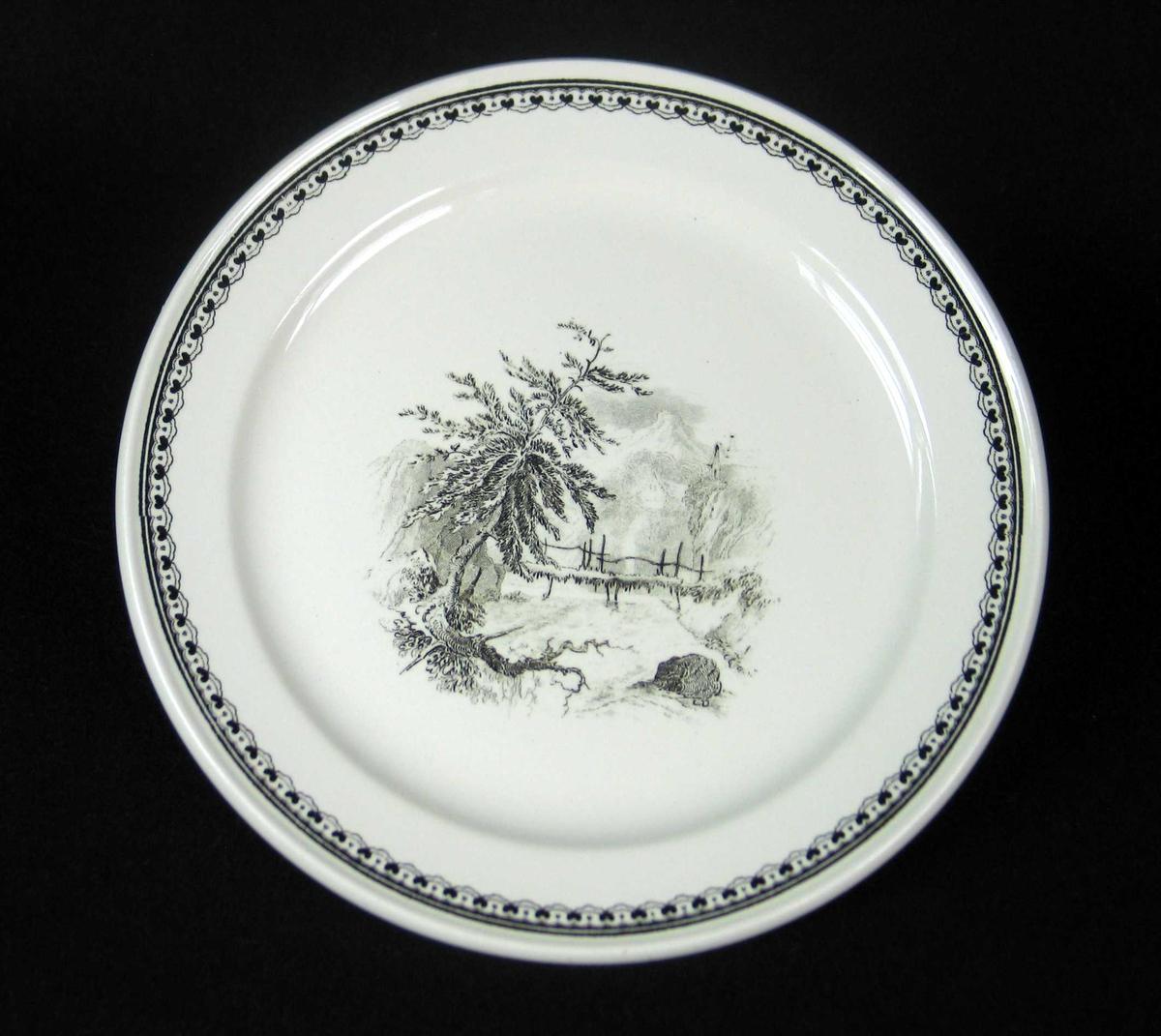 Asjett i benhvit keramikk med sort dekor.
