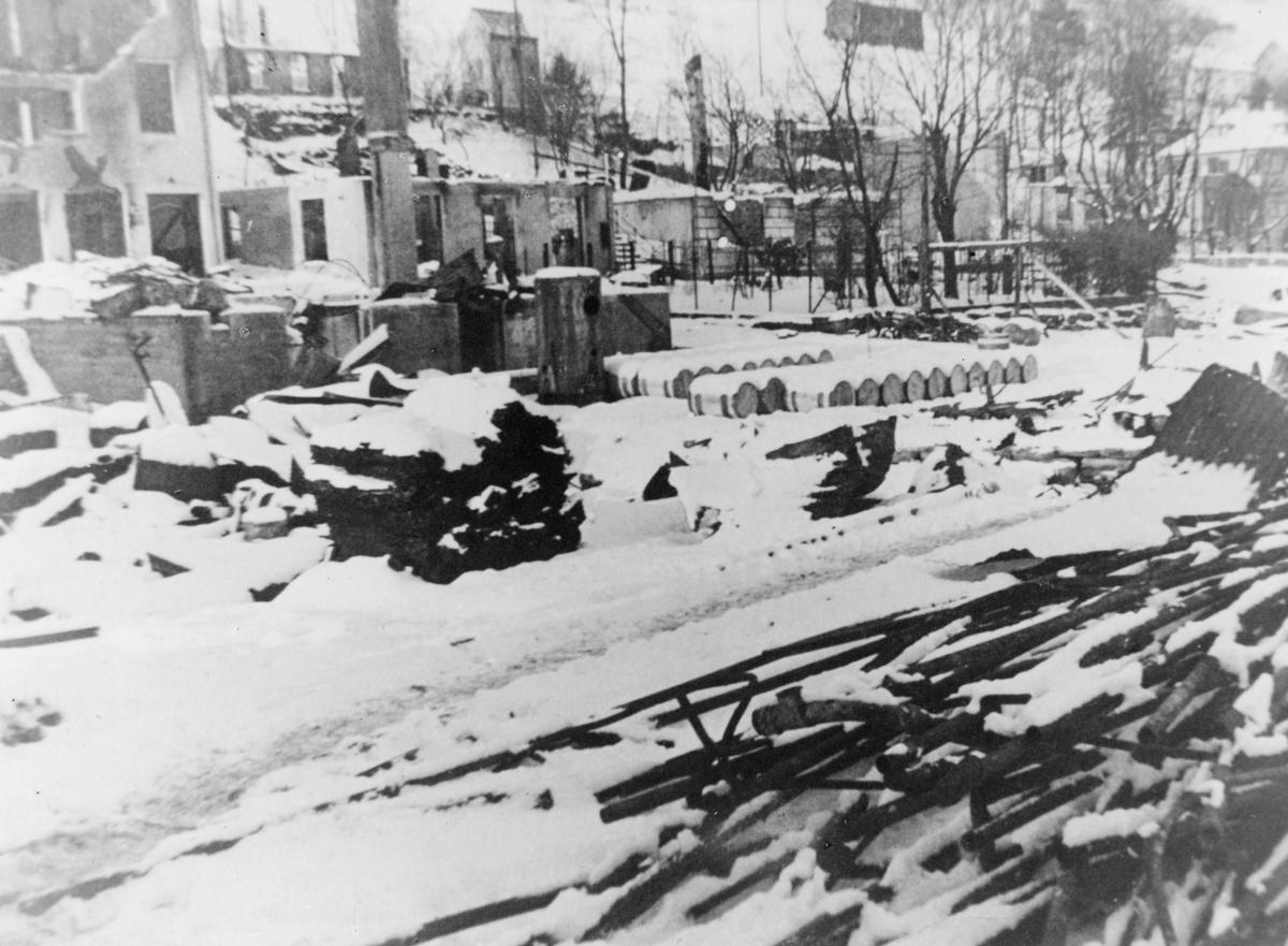 krigen, 2. verdenskrig, Måløyraidet 27. desember 1941, utbombede og ødelagte hus, tønner