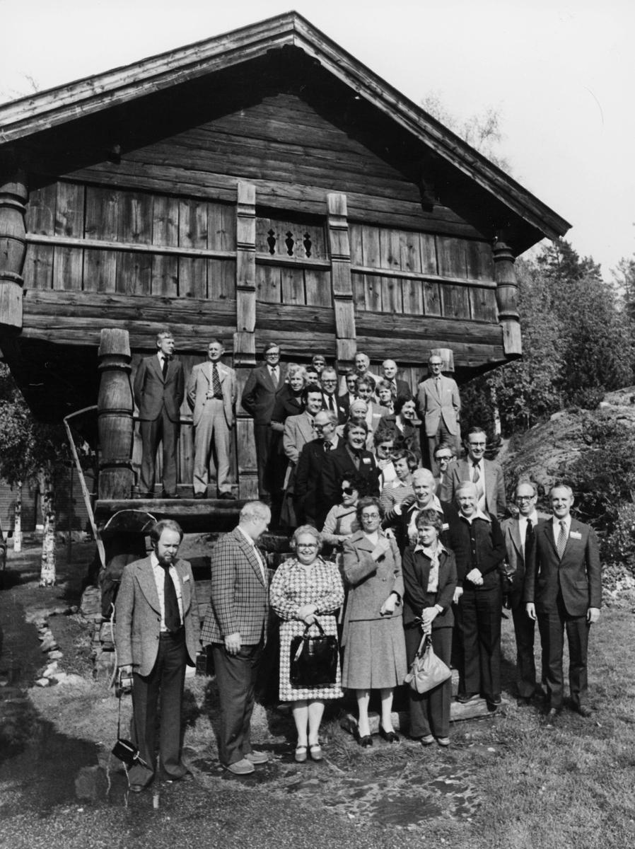 diverse, postkonferanse, den 4. internasjonale postale mekaniseringskonferanse, Oslo 1976, menn, kvinner, omvisning, stabbur