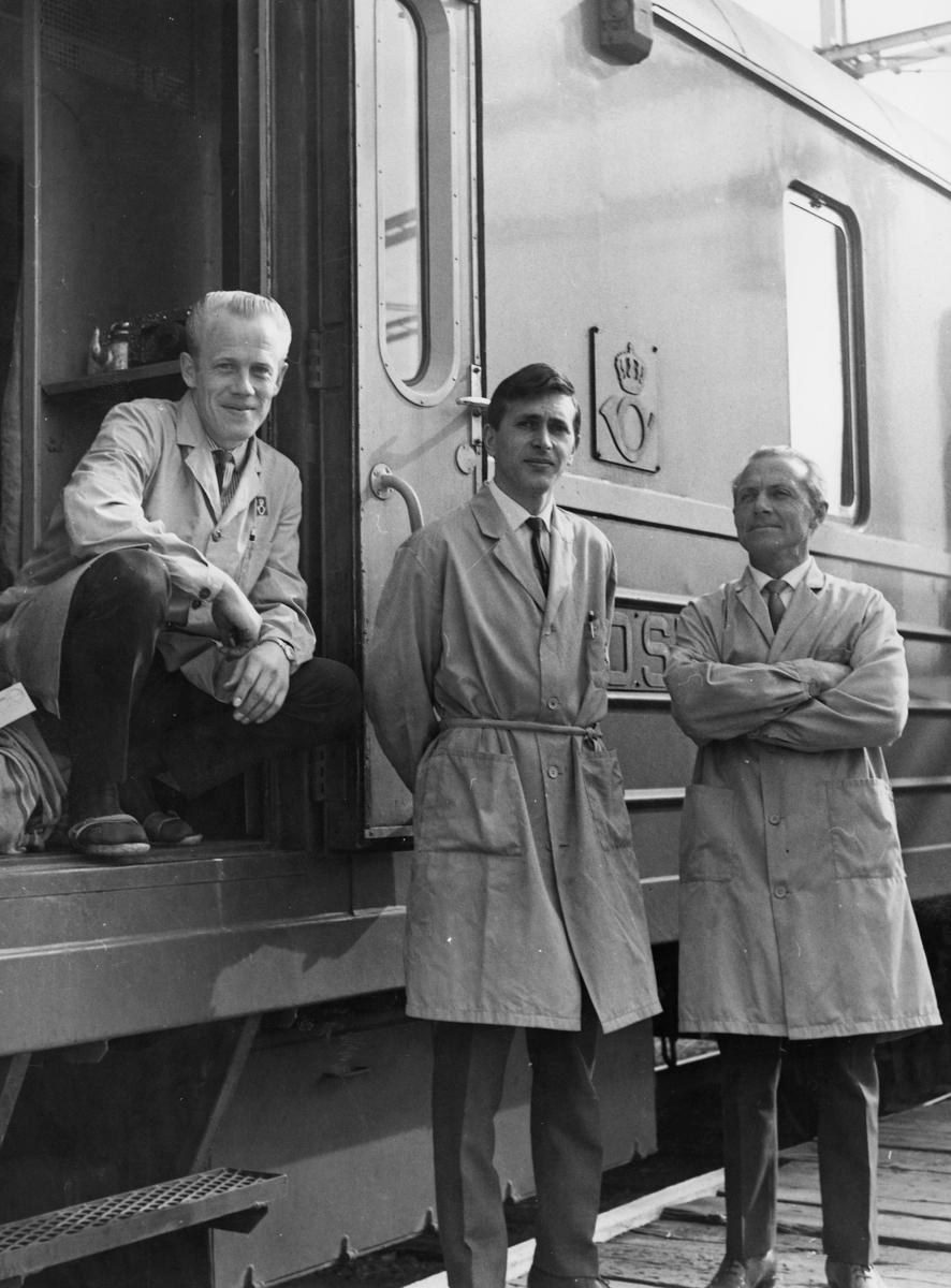 transport, tog, eksteriør, Nordlandsbanen, postvogn, postemblem, tre menn
