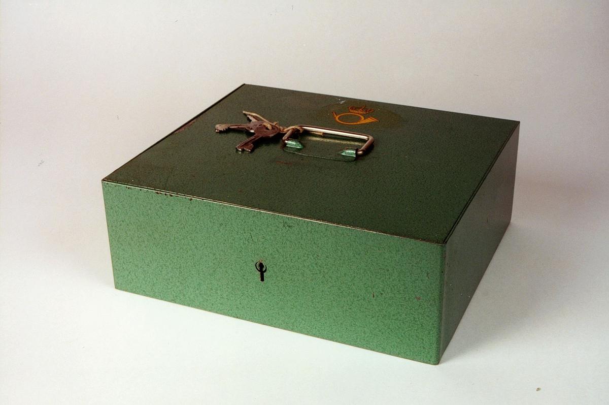 Postmuseet, gjenstander, skrin, kasseskrin med håndtak, 2 nøkler i håndtaket, Postens logo på lokket.