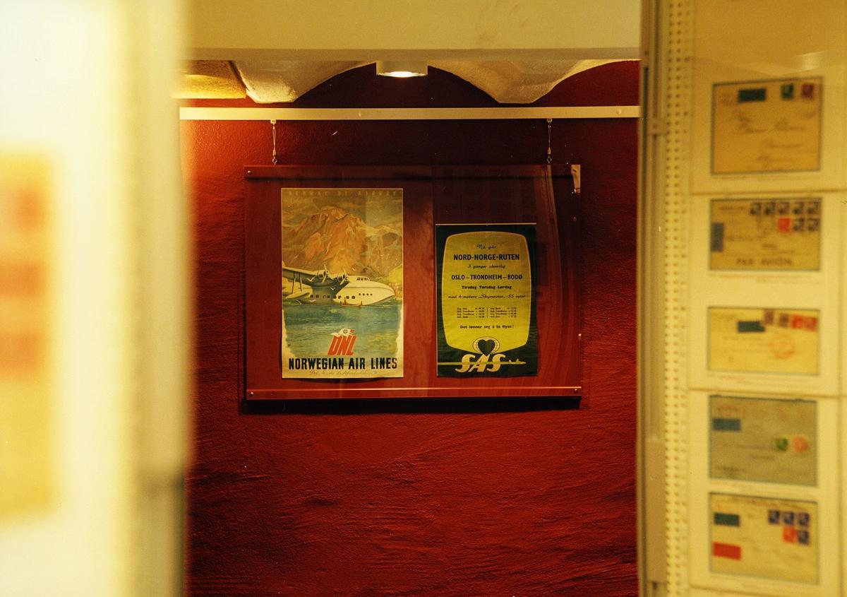 """Postmuseet, utstilling, """"Luftpost i Norge - fra ballong til jet"""", plakater, to luftpostplakater, fem eksponater."""