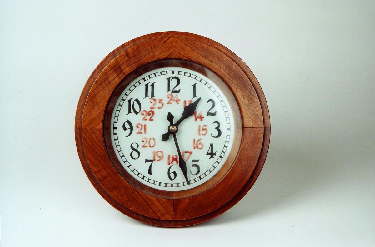Postmuseet, gjenstander, klokke, veggur, rund kasse.