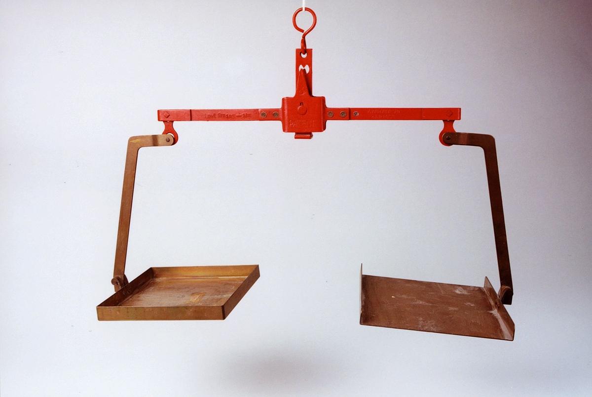 På bøylene er anbrakt 5 justermerker. Videre er det stanset inn et postemblem og følgende tekst: Lovl. fra 10 g - 1 kg.