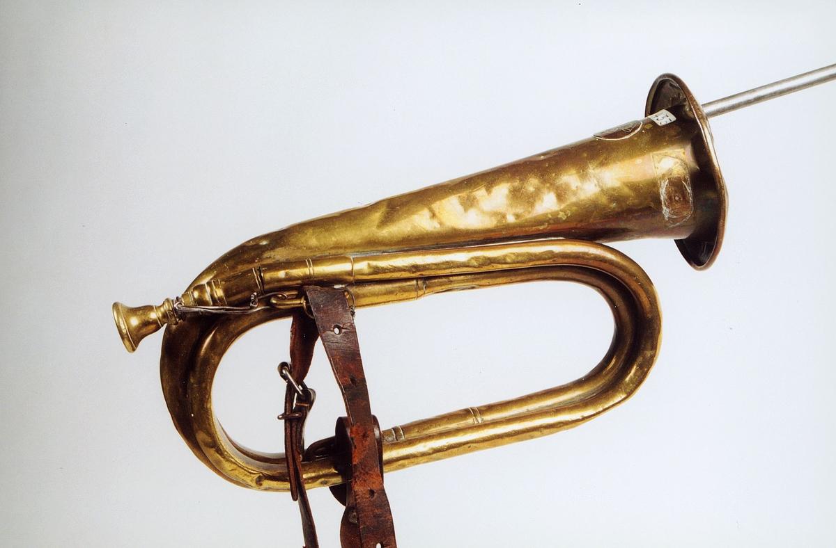 Postmuseet, gjenstander, posthorn, trompettype, lærrem, ståltråd, tuten er brettet.