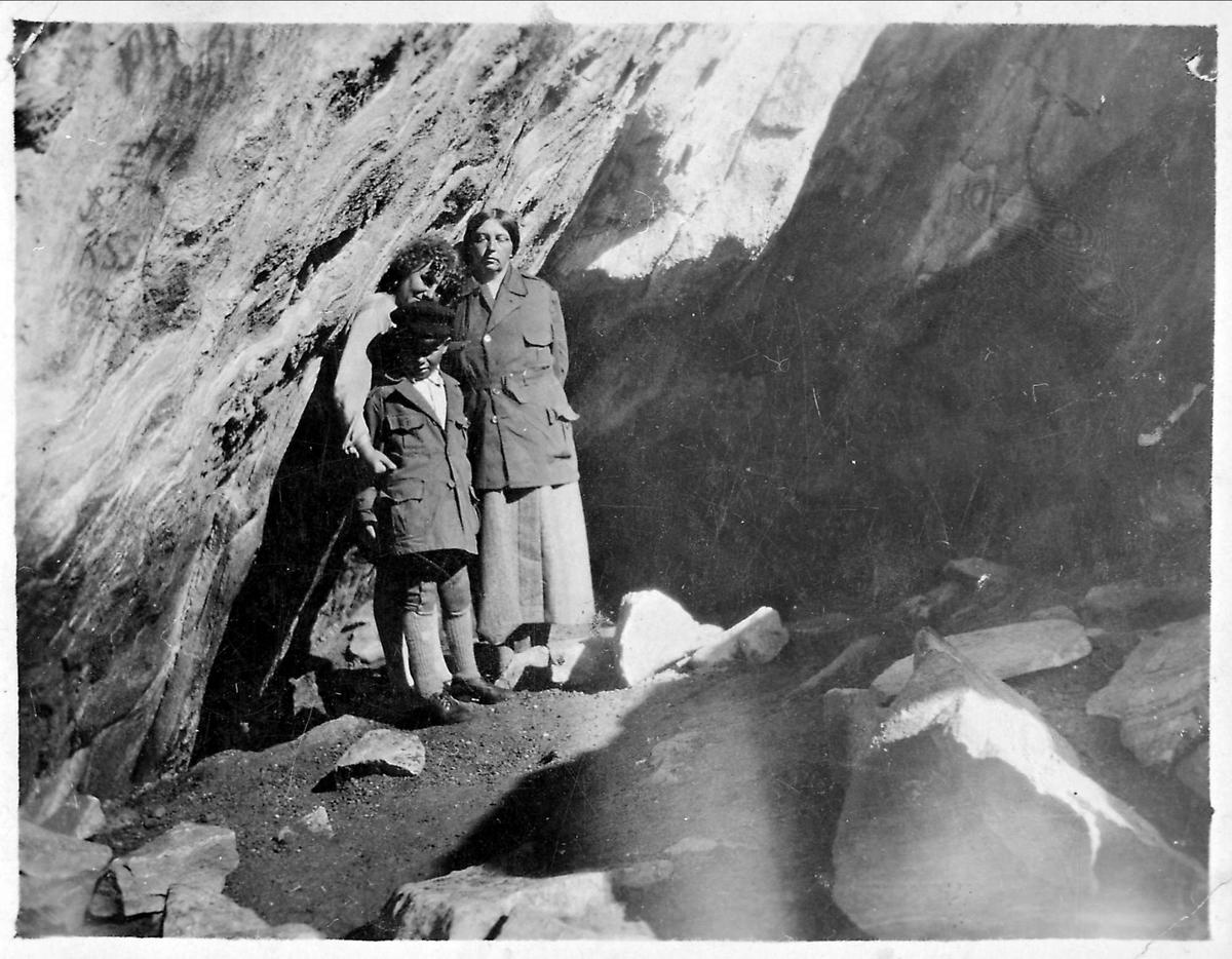 Selja, St. Sunniva-grotten, kvinner, gutt